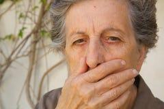 Eine alte Frau mit einem geschlossenen Mund Stockfotos