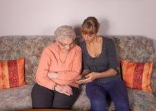 Eine alte Frau mit einem Handy Stockbilder