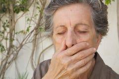 Eine alte Frau mit geschlossenen Augen und Mund Lizenzfreies Stockfoto
