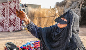 Eine alte Frau von Oman auf einem Markt Stockfotografie