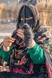 Eine alte Frau von Oman auf einem Markt Lizenzfreie Stockbilder