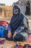 Eine alte Frau von Oman auf einem Markt Stockbilder