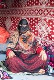 Eine alte Frau von Oman auf einem Markt Stockbild