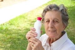 Eine alte Frau zeigt das Produkt, das sie mit zufrieden ist Stockfoto