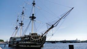 Eine alte Fregatte am sonnigen Tag, Neva-Fluss, St Petersburg, Russland stock video