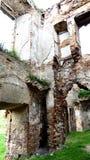 Eine alte gebrochene Backsteinmauer mit Sprüngen Ruinierte Wand der alten Kathedrale Stockfotografie