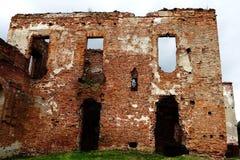 Eine alte gebrochene Backsteinmauer mit Sprüngen Ruinierte Wand der alten Kathedrale Stockbilder
