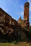 Eine alte gebrochene Backsteinmauer mit Sprüngen Ruinierte Wand der alten Kathedrale Lizenzfreies Stockbild
