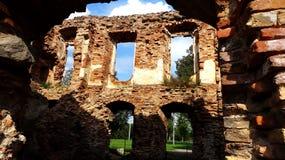 Eine alte gebrochene Backsteinmauer mit Sprüngen Ruinierte Wand der alten Kathedrale Lizenzfreie Stockbilder