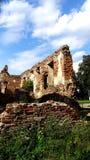 Eine alte gebrochene Backsteinmauer mit Sprüngen Ruinierte Wand der alten Kathedrale Stockfotos