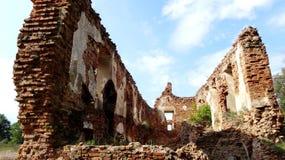 Eine alte gebrochene Backsteinmauer mit Sprüngen Ruinierte Wand der alten Kathedrale Lizenzfreie Stockfotografie