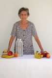 Eine alte große Frau und frischen Früchte Stockfoto