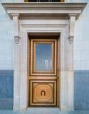 Eine alte hölzerne Tür verziert mit dem Schnitzen Stockfoto