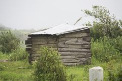 Eine alte Hütte unter überwucherter Vegetation in den Ost- Khasi-Hügeln in Nordost-Indien stockbilder