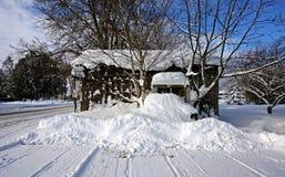 Eine alte Halle an einem Wintertag Stockfotos