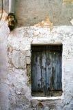Eine alte Hausmauer mit einem Fenster in den Ruinen Stockfoto