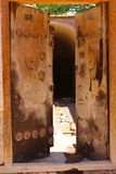 Eine alte Holztür in der Stadt von Rayen, der Iran lizenzfreies stockbild