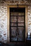 Eine alte alte Holztür im Steinhintergrund in Korfu Griechenland Antiker Schlosseingang in den Felsen ummauern und gestalten gema Stockfotografie