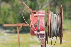 Eine alte industrielle Handkurbel mit Stahlkabel lizenzfreies stockbild
