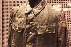 Eine alte Jacke von der deutschen Form des zweiten Weltkriegs Stockbilder
