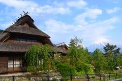 Eine alte japanische Hütte mit Mt. Fuji Lizenzfreies Stockfoto