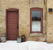Eine alte Küchen-Tür und ein Fenster Stockfotografie