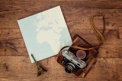 Eine alte Kamera ist zur Reise zu jedem Teil der Erde bereit stockfoto