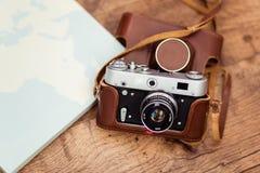 Eine alte Kamera ist zur Reise zu jedem Teil der Erde bereit stockfotografie