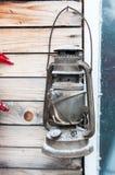 Eine alte Kerosinlampe bedeckt mit weißem Schnee Lizenzfreies Stockbild