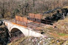 Eine alte kleine Brücke über der Eisenbahn Lizenzfreies Stockfoto
