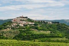 Eine alte Kleinstadt auf einem Hügel, Ansicht von unten Stockfotografie