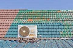 Eine alte Klimaanlage auf dem Dach Stockfotos