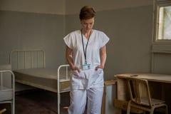 Eine alte Klinik mit schlechten geduldigen Bedingungen Vernachl?ssigte Hygiene, Feldzust?nde lizenzfreies stockfoto