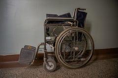 Eine alte Klinik mit schlechten geduldigen Bedingungen Vernachl?ssigte Hygiene, Feldzust?nde stockfotos