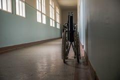 Eine alte Klinik mit schlechten geduldigen Bedingungen Vernachl?ssigte Hygiene, Feldzust?nde stockfoto