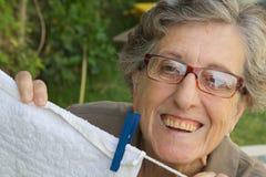Eine alte lächelnde Frau im Garten Lizenzfreie Stockfotografie