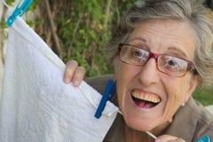 Eine alte lächelnde Frau im Garten Lizenzfreies Stockbild