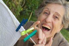 Eine alte lächelnde Frau im Garten Stockbild