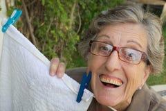 Eine alte lächelnde Frau im Garten Lizenzfreies Stockfoto