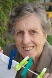 Eine alte lächelnde Frau im Garten Lizenzfreie Stockbilder