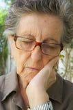 Eine alte müde Frau fällt in schlafendes Lizenzfreies Stockfoto