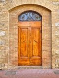 Eine alte mittelalterliche hölzerne Tür in Toskana lizenzfreies stockbild