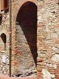 Eine alte mittelalterliche h?lzerne T?r in Toskana stockbild