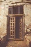 Eine alte mysteriöse offene Tür Stockfoto