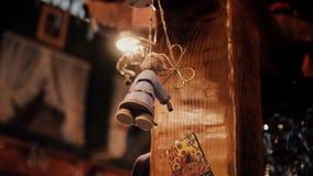 Eine alte Puppe, die an einem Seil hängt stock footage