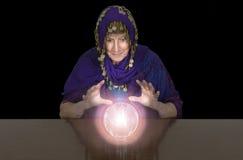 Reifer älterer Frauen-Zigeuner, Wahrsager, KristallBalll Lizenzfreie Stockfotografie