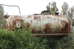Eine alte rostige Zisterne einer Druckwasserstation an der Datscha in Russland Lizenzfreie Stockfotografie