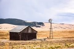 Eine alte rote Scheune und ein Weathervane in Colorado Stockfoto