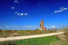 Eine alte ruinierte Kirche Stockfotos