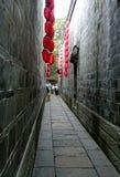 Eine alte schmale Gasse in der chinesischen Art, mit roten latterns Lizenzfreie Stockfotos